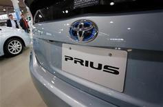 Автомобиль Toyota Prius представлен в выставочном зале компании в Токио, 14 ноября 2012 года. Toyota Motor Corp отзовет около 2,77 миллиона автомобилей по всему миру из-за неполадок в системе рулевого управления и водяном насосе гибридного двигателя, сообщил автогигант в среду. REUTERS/Yuriko Nakao