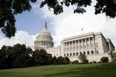 Вид на Капитолийский холм в Вашингтоне 1 августа 2011 года. Законопроект, который обновит торговые связи США с Россией, но в то же время будет наказывать российских чиновников за нарушение прав человека, во вторник приблизился к тому, чтобы получить одобрение Палаты представителей на этой неделе. REUTERS/Joshua Roberts