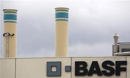 Логотип BASF на заводе компании в Швайцерхалле 7 июля 2009 года. Немецкий BASF SE и российский Газпром договорились об обмене активами, который предполагает вхождение немецкой компании в добычу на труднодоступных газовых залежах Уренгойского месторождения, лицензия на которое принадлежит российскому газоэкспортному монополисту. REUTERS/Christian Hartmann