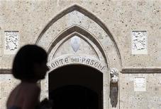 <p>Banca Monte dei Paschi di Siena, la troisième banque d'Italie, a contre toute attente publié mercredi une perte nette au titre du troisième trimestre, les dépréciations de ses créances douteuses ayant éclipsé les gains réalisés dans ses activités de trading. /Photo prise le 27 juin 2012/REUTERS/Stefano Rellandini</p>