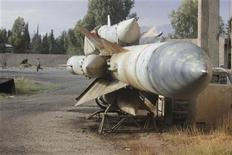 Ракеты на сирийской авиабазе, захваченной Сирийской свободной армией, на востоке Гуты, 9 ноября 2012 года. Графитовые цилиндры предположительно северокорейского производства, которые можно использовать при создании баллистических ракет, были обнаружены в мае этого года на борту китайского судна, следовавшего в Сирию, сообщили во вторник дипломаты. REUTERS/Muhammad Al-Jazari/Shaam News Network/Handout