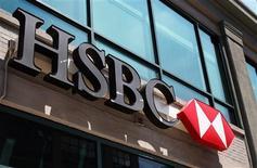 HSBC dijo el miércoles que ha colocado el 5,28 por ciento del capital de Amadeus a 19 euros por acción entre inversores institucionales, un descuento del 1,8 por ciento sobre el precio de cierre del martes. En esta imagen de archivo, la entrada de una sucursal de HSBC en Nueva York, el 1 de agosto de 2011. REUTERS/Shannon Stapleton