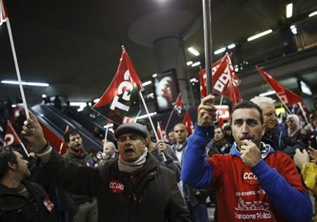 Picketers from workers' and trade unions shout slogans at Atocha rail station during a 24-hour nationwide general strike in Madrid, November 14, 2012. REUTERS/Paul Hanna (SPAIN - Tags: POLITICS CIVIL UNREST BUSINESS EMPLOYMENT)