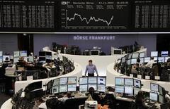 Трейдеры на торгах фондовой биржи во Франкфурте-на-Майне 13 ноября 2012 года. Европейские фондовые рынки снижаются на фоне акций протеста в Южной Европе против мер жесткой экономии. REUTERS/Remote/Staff