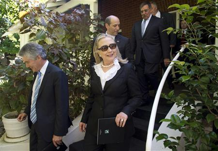 U.S. Secretary of State Hillary Clinton (C) walks alongside Australian Defence Minister Stephen Smith (L) and U.S. Defense Secretary Leon Panetta (top 2nd R) as they leave the Curtin Family Home, where former Australian Prime Minister John Curtin had lived, following the Australia-United States Ministerial Consultation (AUSMIN) meetings in Perth November 14, 2012. REUTERS/Saul Loeb/Pool