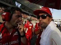 Los ojos del mundo del automovilismo estarán puestos en Texas este fin de semana ya que la Fórmula Uno hace su parada en Estados Unidos, pero no está claro si los estadounidenses lo irán a ver, incluso pese a que el campeonato está en juego. En la imagen, de 4 de noviembre, el piloto de Ferrari Fernando Alonso escucha a uno de sus ingenieros en la parrilla de salida justo antes del GP de Abu Dabi. REUTERS/Suhaib Salem