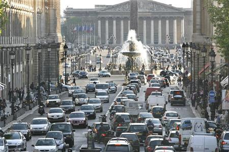 Cars back up in rush hour traffic as they approach the Place de la Concorde in Paris on April 19, 2007. REUTERS/Charles Platiau