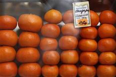 Мандарины в витрине ларька в Москве 11 марта 2012 года. Инфляция в РФ за 7-12 ноября составила 0,1 процента, как и неделей ранее, сообщил Росстат. REUTERS/Sergei Karpukhin
