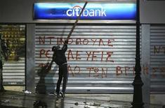 Recessão na Grécia piora no terceiro trimestre, com atividade econômica encolhendo 7,2 por cento. 07/11/2012 REUTERS/Yannis Behrakis