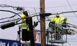 Trabalhadores de empresas de energia e telefonia reparam linhas telefônicas e elétricas em região onde foram derrubadas pela tempestade Sandy, em Seaside Heights, Nova Jersey. Um dos principais motivos de tensão entre autoridades e moradores das áreas mais atingidas de Nova York pela supertempestade Sandy são os sistemas elétricos danificados, e, tornando as coisas piores, não há eletricistas suficientes na cidade.13/11/2012 REUTERS/Tom Mihalek