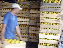 Trabalhador carrega caixas de laranja em fazenda, em Limeira. Índice Geral de Preços-10 (IGP-10) registrou recuo de 0,28 por cento em novembro, após alta de 0,42 por cento em outubro, com destaque para a queda dos preços dos produtos agropecuários, informou nesta quarta-feira a Fundação Getulio Vargas. 12/01/2012 REUTERS/Paulo Whitaker