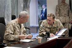 El secretario de Defensa de Estados Unidos, Leon Panetta, aconsejó el miércoles no sacar conclusiones a la ligera sobre los actos del máximo comandante del país en Afganistán, un día después de ponerlo bajo investigación en medio de un escándalo que ya le costó el cargo al ex jefe de la CIA David Petraeus. En la imagen de archivo, el general John R. Allen (izquierda), responsable de las fuerzas de EEUU y la OTAN en Afganistán, y el general David H. Petraeus, durante una reunión en Kabul, Afganistán, el 9 de julio de 2011. REUTERS/Joshua Treadwell/U.S. Navy/Handout SOLO PARA USO EDITORIAL. PROHIBIDA SU VENTA PARA MARKETING O CAMPAÑAS PUBLICITARIAS. ESTA IMAGEN HA SIDO PROPORCIONADA POR UN TERCERO Y SE DISTRIBUYE, TAL Y COMO FUE RECIBIDA POR REUTERS, COMO SERVICIO A SUS CLIENTES.