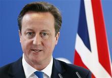 La Unión Europea mantendrá el cheque británico y hará nuevas reducciones del gasto general en su presupuesto para los próximos siete años, de acuerdo con el último proyecto de compromiso que fue visto el miércoles por Reuters. En la imagen de archivo, el primer ministro británico David Cameron durante una rueda de prensa tras una cumbre de líderes de la Unión Europea en Bruselas, el 19 de octubre de 2012. REUTERS/Sebastien Pirlet