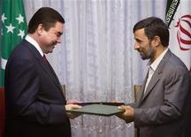 Президенты Туркмении Курбанкули Бердымухамедов (слева) и Ирана Махмуд Ахмадинежад обмениваются документами о партнерстве на церемонии в Тегеране 16 июня 2007 года. Поставки газа из Туркмении в Иран приостановлены из-за спора по поводу условий закупки, сообщили в среду иранские СМИ, цитируя министра нефтяной промышленности Ростама Каземи, тогда как Ашхабад отрицает остановку экспорта. REUTERS/Morteza Nikoubazl