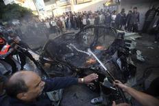 Palestinos apagam fogo após ataque aéreo que atingiu carro em Gaza. O comandante militar do Hamas morreu em consequência do ataque aéreo israelense que atingiu o carro dele nesta quarta-feira, em meio a múltiplos ataques de Israel sobre a Faixa de Gaza, informou o grupo militante palestino. 14/11/2012 REUTERS/Ali Hassan