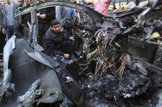 L'auto del capo del braccio armato di Hamas centrata da un missile israeliano oggi a Gaza. REUTERS/Mohammed Salem