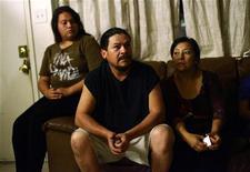 Ricardo, un inmigrante mexicano ilegal en Estados Unidos, sale todos los días antes del amanecer para trabajar como obrero de la construcción sin saber si volverá a casa junto a su esposa y sus tres hijos o si será capturado en una redada de agentes de inmigración. Sin embargo, últimamente siente que ese temor es menor. En la imagen, Lizette (I), Ricardo (C) y Alicia, que emigraron de México de forma ilegal, en Phoenix, Arizona, el 9 de noviembre de 2012. REUTERS/Joshua Lott