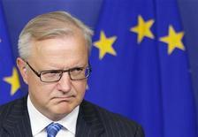 El Gobierno español ha tomado acciones efectivas para cumplir con sus objetivos de déficit para 2012 y 2013, dijo el máximo responsable de asuntos económicos de la Unión Europea, señalando que no habrá más pasos de disciplina presupuestaria contra Madrid. En la imagen, el comisario Rehn en rueda de prens en Bruselas el 14 de noviembre de 2012. REUTERS/François Lenoir