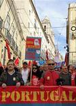 La recesión en Portugal se intensificó en el tercer trimestre, debido a una desaceleración en el crecimiento de las exportaciones y a la persistente debilidad de la demanda interna por un programa de austeridad impuesto en virtud del rescate financiero internacional solicitado por el país. En la imagen, varios manifestantes marchan por las calles de Lisboa el 14 de noviembre de 2012. REUTERS/Jose Manuel Ribeiro