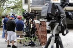El jefe de la Comisión Judicial de la Cámara de Representantes de Estados Unidos pidió un informe detallado de la investigación federal sobre el escándalo que la semana pasado llevó a la renuncia del jefe de la CIA, David Petraeus. En la imagen, varios miembros de la prensa apostados frente a la casa de Jill Kelley, amiga desde hace tiempo de la familia Petraeus, en Tampa, Florida, el 14 de noviembre de 2012. REUTERS/Brian Blanco