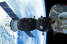 """Космический корабль """"Союз"""", пристыковавшийся к Международной космической станции 24 августа 2012 года. Фото передано Роскосмосом. Российское аэрокосмическое агентство сообщило, что восстановило связь с гражданскими спутниками и Международной космической станцией, на время потерянную в среду из-за обрыва кабеля под Москвой. REUTERS/Roscosmos/Handout"""