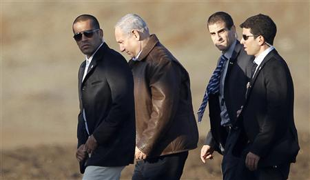 Israel's Prime Minister Benjamin Netanyahu (2nd L) walks towards a helicopter at the conclusion of his visit in the Israeli-occupied Golan Heights November 14, 2012. REUTERS/Ronen Zvulun