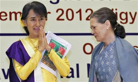 Myanmar's opposition leader Aung San Suu Kyi (L) gestures to the gathering as Chief of India's ruling Congress party Sonia Gandhi looks on during the Nehru memorial lecture in New Delhi November 14, 2012. The lecture in tribute to India's first Prime Minister Jawaharlal Nehru takes place annually. Suu Kyi is on a six-day visit to India. REUTERS/B Mathur