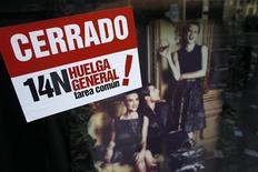 """La bolsa española cerró plana la sesión del miércoles mientras el país sufría su segunda huelga general en ocho meses con un seguimiento desigual. Mientras los líderes sindicales españoles, apoyados por la huelga general en el país vecino Portugal y por diversas iniciativas en otros países de Europa, confiaban en que las protestas despertasen """"alternativas"""" a las políticas de recortes, el Gobierno reafirmaba su senda hacia el déficit cero. En la imagen, un cartel de la huelga general en Madrid el 14 de noviembre de 2012. REUTERS/Juan Medina"""