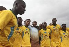 El capitán de la selección de Camerún Samuel Eto'o ha pedido a su país que olvide los últimos malos resultados y se concentre en clasificarse para el Mundial de Brasil 2014. En la imagen, Samuel Eto'o (C) durante un partido humanitario en Nairobi el 21 de julio de 2010. REUTERS/Noor Khamis