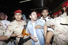 La selección argentina de fútbol, con un poco inspirado Lionel Messi, igualó el miércoles sin goles con Arabia Saudí en un aburrido partido amistoso disputado en el lujoso estadio Rey Fahid de Riad. En la imagen, Lionel Messi escoltado por personal de seguridad en Riad el 12 de noviembre de 2012. REUTERS/Fahad Shadeed