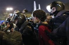 Decenas de personas se enfrentaban el miércoles por la noche con policías antidisturbios en los aledaños del Congreso de los Diputados, en unos incidentes violentos que se producen al término de una jornada de huelga general que transcurrió de forma pacífica. En la imagen, la policía detiene a un joven herido en el centro de Madrid el 14 de noviembre de 2012. REUTERS/Juan Medina