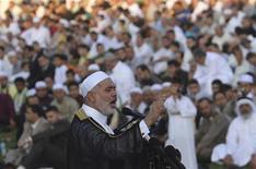Primeiro-ministro do governo liderado pelo Hamas em Gaza, Ismail Haniyeh, discrsa durante preces do Eid Al-Fitr na cidade de Gaza, em agosto. Haniyeh pediu aos países árabes, especialmente o Egito, que contenham o ataque de Israel contra o enclave palestino, iniciado nesta quarta-feira. 19/08/2012 REUTERS/Ibraheem Abu Mustafa