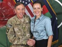 Foto de divulgação tirada em julho de 2011 mostra o general David Petraeus ao lado da oficial da reserva da inteligência militar, Paula Broadwell, no Afeganistão. Um computador usado por Broadwell, pivô de um escândalo que derrubou Petraeus do comando da CIA, continha um substancial volume de informações sigilosas, disseram fontes ligadas à investigação na quarta-feira. 13/07/2011 REUTERS/ISAF/Handout
