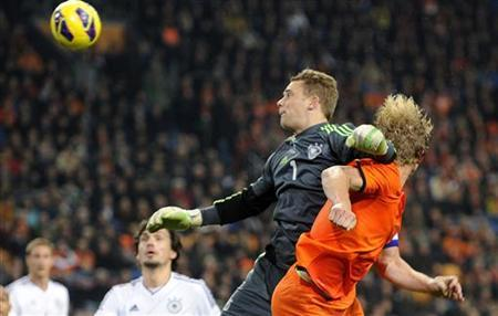 Dirk Kuyt (R) of the Netherlands fights for the ball with goalkeeper Manuel Neuer of Germany during their international friendly soccer match in Amsterdam November 14, 2012. REUTERS/Toussaint Kluiters/United Photos