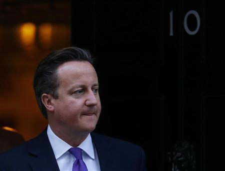 Britain's Prime Minister David Cameron waits to greet his counterpart from Thailand, Yingluck Shinawatra, as she arrives for a meeting at 10 Downing Street in London November 14, 2012. REUTERS/Andrew Winning