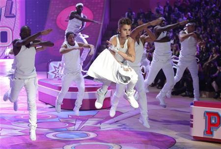 Singer Justin Bieber performs during the Victoria's Secret Fashion Show in New York November 7, 2012. REUTERS/Carlo Allegri