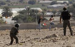 El Consejo de Seguridad de la ONU celebró una reunión de emergencia el miércoles por la noche para discutir los ataques israelíes contra la Franja de Gaza, pero no adoptó una medida, después de que el Estado hebreo amenazó con una mayor ofensiva en el enclave palestino para frenar el lanzamiento de cohetes por parte de milicianos de Hamás. En la imagen, un policía fronterizo israelí apunta antes de disparar balas de goma contra activistas palestinos que intentaban bloquear una carretera en la cisjordana ciudad de Jericó, el 14 de noviembre de 2012. REUTERS/Ammar Awad