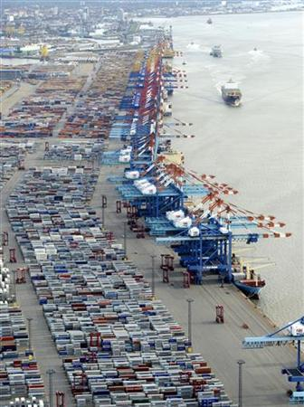Shipping terminals and containers are pictured in the harbour of the northern German of Bremerhaven on the banks of the river Elbe, late October 8, 2012. REUTERS/Fabian Bimmer (GERMANY - Tags: TRANSPORT BUSINESS INDUSTRIAL)