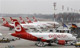 Самолеты Air Berlin стоят в аэропорту Берлин-Тегель, 2 марта 2012 года. Немецкий авиаперевозчик Air Berlin смог нарастить операционную прибыль в третьем квартале на 4,5 процента в годовом выражении, в основном, за счет сокращения расходов. REUTERS/Tobias Schwarz
