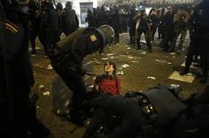 Los incidentes violentos que se registraron al término de la manifestación central de la huelga general del miércoles en los alrededores del Congreso de los Diputados se saldaron con 21 detenidos, informó el jueves la policía de Madrid. En la imagen, un policía detiene a un manifestante en el centro de Madrid, el 14 de noviembre de 2012. REUTERS/Susana Vera