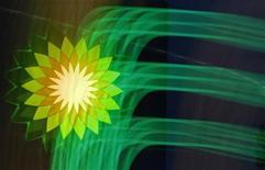 Логотип BP на заправке в Санкт-Петербурге 18 октября 2012 года. Британский нефтяной гигант BP признает себя виновным в преступном поведении и заплатит рекордный штраф по делу о разливе нефти в Мексиканском заливе в 2010 году, сообщили Рейтер три источника, знакомые с ходом дела. REUTERS/Alexander Demianchuk