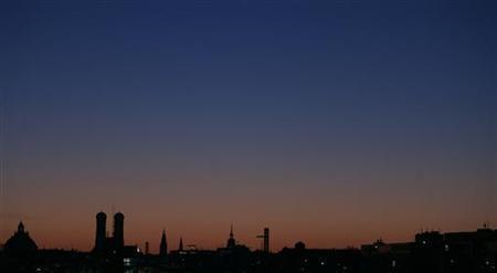 The sun rises over Munich's landmark, the Liebfrauen cathedral (Frauenkirche) February 9, 2008. REUTERS/Alexandra Beier (GERMANY)