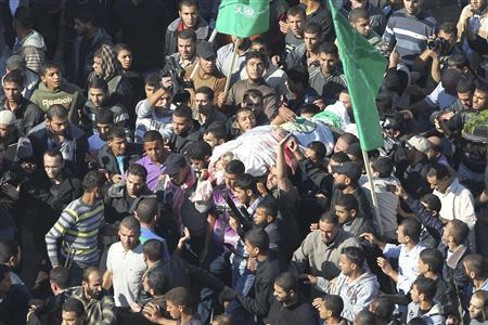 Palestinians carry the body of Ahmed Al-Jaabari, top commander of Hamas armed wing Izz el-Deen Al-Qassam, during his funeral in Gaza City November 15, 2012. REUTERS/Suhaib Salem