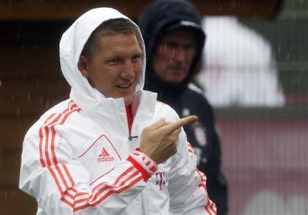Bayern Munich's Bastian Schweinsteiger gestures next to coach Jupp Heynckes during a team training session in Munich July 29, 2012. REUTERS/Michaela Rehle/Files