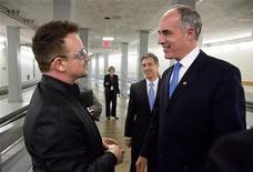 Bono, la estrella del rock irlandesa y activista contra la pobreza, dijo que miles de personas podrían morir de sida si Estados Unidos recorta la ayuda al desarrollo para reducir su déficit presupuestario. En la imagen, Bono habla con el senacor Bob Casey, en el Capitolio, el 13 de noviembre de 2012. REUTERS/Joshua Roberts