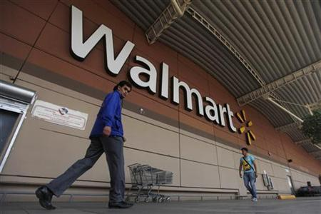 Shoppers walk from a Wal-Mart store in Mexico City, August 15, 2012. REUTERS/Edgard Garrido (MEXICO - Tags: BUSINESS)