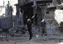 Francia discutirá un eventual suministro de armas a las fuerzas disidentes sirias con sus aliados europeos en las próximas semanas, tras de la formación de una coalición opositora, dijo el jueves el ministro de Relaciones Exteriores, Laurent Fabius. En la imagen, combatientes del Ejército Libre Sirio patrullan en alerta una calle en Alepo, el 13 de noviembre de 2012. REUTERS/Zain Karam
