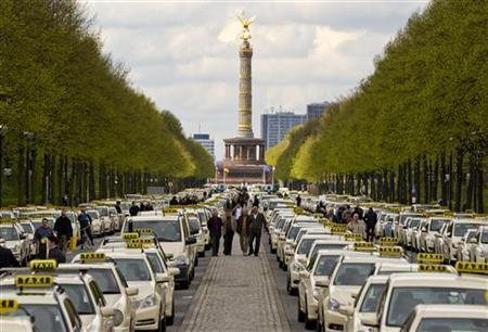 Taxis line the Strasse des 17. Juni thoroughfare in central Berlin during a strike by taxi drivers against new tariffs for journeys to and from Berlin's new international airport, April 23, 2012. In background is the Siegessaeule (victory column). REUTERS/Thomas Peter (GERMANY - Tags: CIVIL UNREST BUSINESS EMPLOYMENT TPX IMAGES OF THE DAY)
