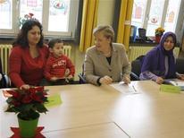 La inmigración en Alemania aumentó un 15 por ciento en el primer semestre del año en comparación con el mismo periodo del año anterior, debido principalmente al flujo de personas procedentes de estados de la UE, incluidos los muy castigados por la crisis Grecia y España, donde los niveles de desempleo están por las nubes. En la imagen, la canciller alemana Angela Merkel (C) asiste a un curso de idioma para madres en la escuela primaria 'Rotenhaeuser Damm' en Hamburgo, en una foto de archivo del 9 de diciembre de 2010. REUTERS/Christian Charisius