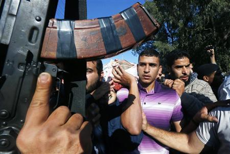 Palestinians carry the body of Ahmed Al-Jaabari, Hamas's military mastermind, during his funeral in Gaza City November 15, 2012. REUTERS/Mohammed Salem